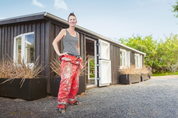katie-blundell-artist-outside-her-gallerystudio-in-clevedon