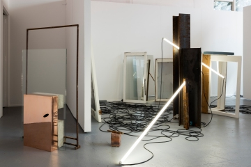 (Alane) Sue Paterson, Universal 2, universal steel beams, florescent tube, electrical cord (photo courtesy of the artist)